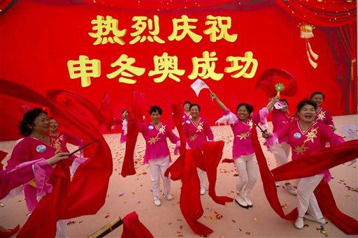 2022 विंटर ओलंपिक की दावेदारी मिलने के बाद पारंपरिक नृत्य करते लोग।