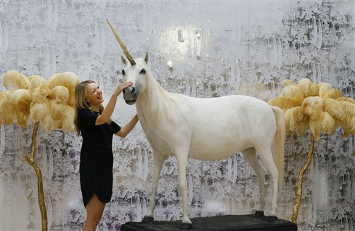 ऑक्शन में एक सींग वाले सफेद घोड़ो को निहारती केट समर।