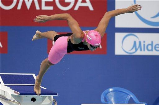 तैराकी से पहले पानी में छलांग लगाती यूलिया इफिमोवा।