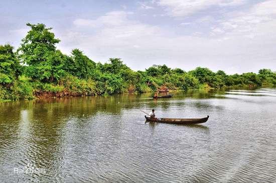 म्यांमार की इरावदी नदी में नाव चलाता हुआ आदमी।