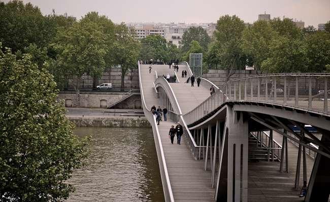पेरिस के इस पुल का नाम सिमोन डी बेऔवोइर है यह पुल पैदल चलने वालों और साइकिल चालकों के लिए बना हुआ है।