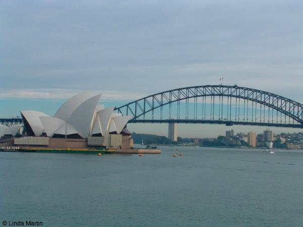 सिडनी का यह खूबसूरत पुल ओपेरा हाउस और हार्बर है।