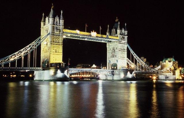 लंदन का टावर ब्रिज रात में कुछ इस तरह का दिखता है।