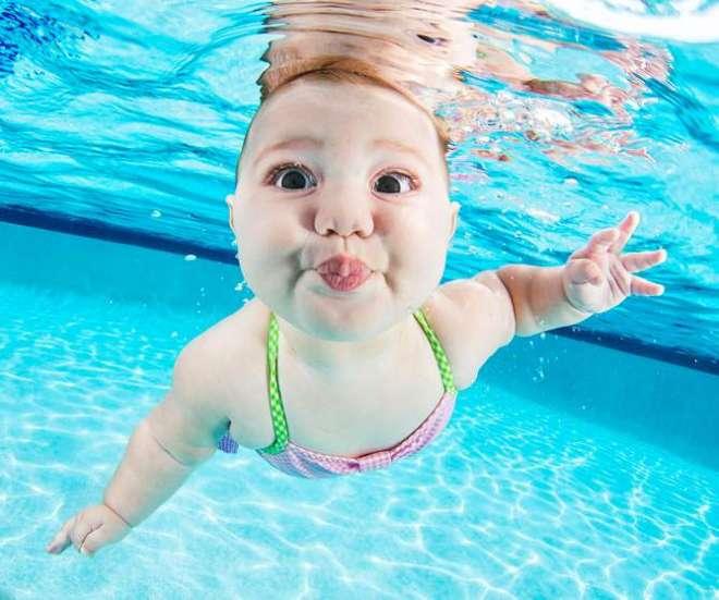 पानी में तैरता हुआ क्यूट बच्चा।