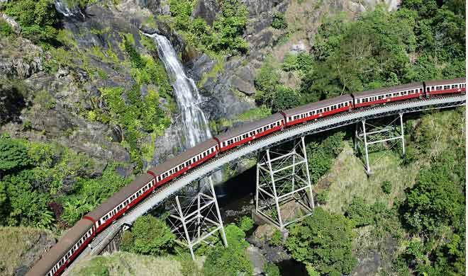 kuranda scenic railway,australia : कुरांदा दर्शनीय रेलवे केर्न्स, क्वींसलैंड, से होकर ऑस्ट्रेलिया के कुरांदा शहर तक जाती है। रेलवे की लंबाई में 37 किमी (23 मील) है। इस ट्रेन को एक तरफ की चढ़ाई चढ़ने के लिए कम से कम एक घंटे से भी अधिक समय लगता है।