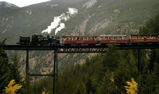 Georgetown Loop Railroad, Colorado: इस ट्रेन को 19वीं शताब्दी में चांदी की खानों तक पहुंचने के लिए इस्तेमाल किया जाता था। यह 100 फीट की ऊंचाई पर है जिसपर ट्रेन को धीमी गति में चलाना होता है।