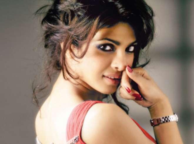 प्रियंका चोपड़ा ने साल 2002 में तमिल फिल्म 'थमिज़हन' से अपने अभिनय की शुरुआत की।