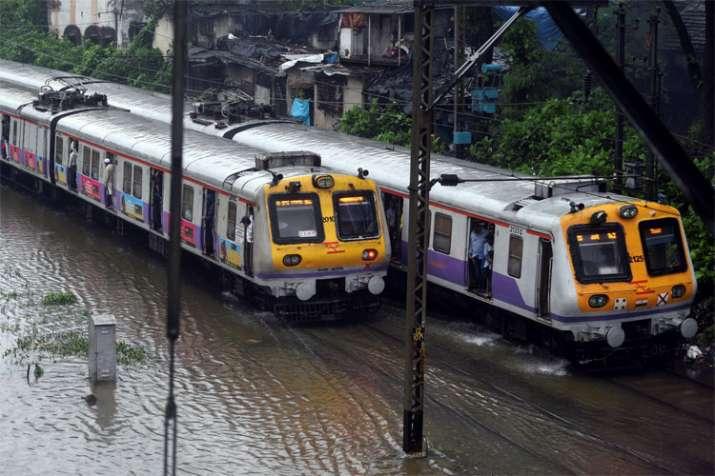 भारी बारिश के चलते मुंबई की लाइफलाइन कही जाने वाली लोकल ट्रेनों की आवाजाही पर बुरा असर पड़ा है।