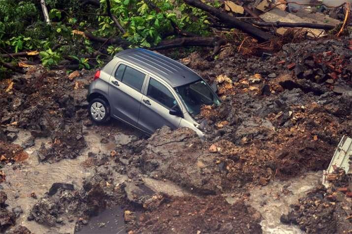 मुंबई के पूर्वी वडाला क्षेत्र में स्थित एंटॉप हिल की एक और तस्वीर। यहां जमीन धंसने से कई कारें मलबे में समा गईं।