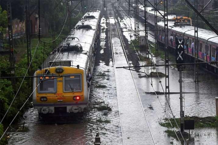 बारिश की वजह से सिर्फ लोकल ट्रेनों पर ही नहीं, बल्कि लंबी दूरी की ट्रेनों की आवाजाही पर भी असर पड़ा है।