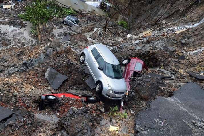वडाला के पूर्वी इलाके एंटॉप हिल में जमीन धंसने के चलते एक के बाद एक कई कारें मलबे में समा गईं।