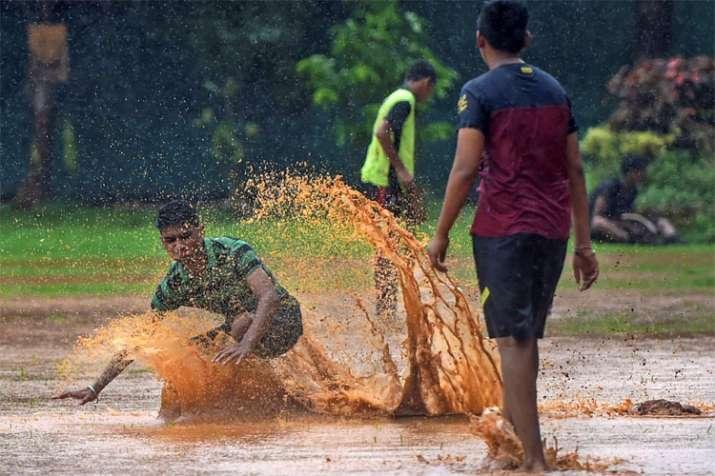 हालांकि ऐसा नहीं है कि मुंबई की बरसात ने सभी को गम ही दिए हों। बारिश के चलते इकट्ठा हुए पानी से खेलते कुछ बच्चे। (सारी तस्वीरें PTI से)