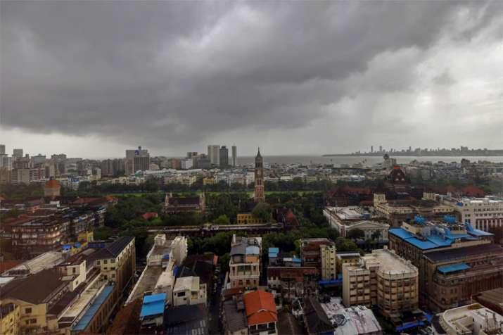 यह तस्वीर दक्षिण मुंबई की है। इसमें आप देख सकते हैं कि किस तरह मॉनसून के काले बादलों ने मुंबई के आसमान पर अपना डेरा डाला हुआ है।