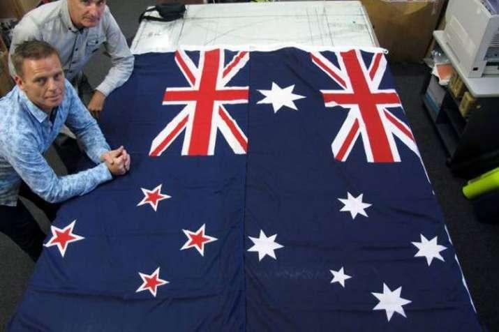 न्यूजीलैंड का झंडा बाएं ऑस्ट्रेलिया का झंडा दाएं   AP