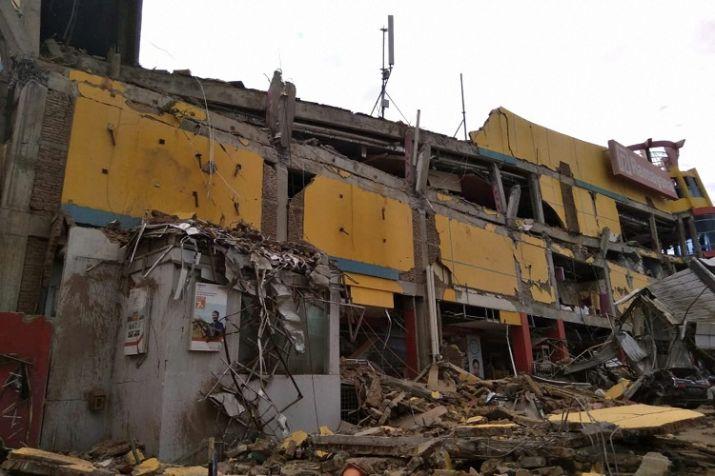 भूकंप एवं सुनामी से प्रभावित इलाकों में मकान ताश के पत्तों की तरह ढह गए।