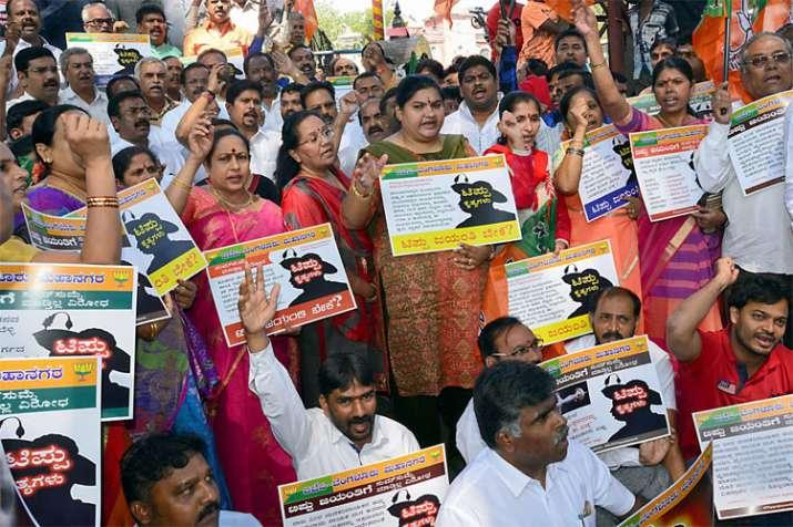 कर्नाटक की राजधानी बेंगलुरु में विरोध-प्रदर्शन करते भाजपा कार्यकर्ता