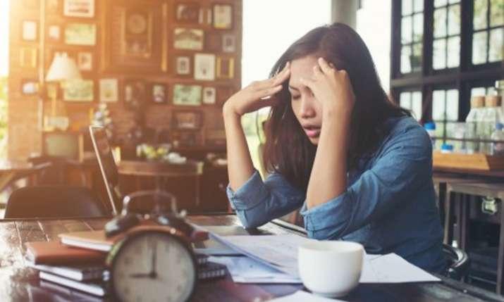 तनाव से बचने के लिए खुद को अपने फेवरेट कामों में बिज़ी रखें