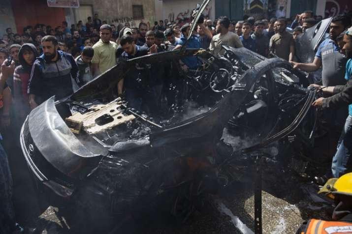 इस्राइल के हवाई हमले में तबाह हुई एक कार | AP