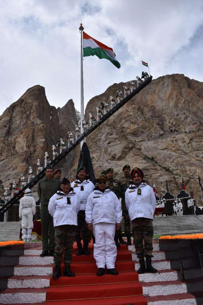 सियाचिन में जवानों से मिले रक्षा मंत्री राजनाथ सिंह