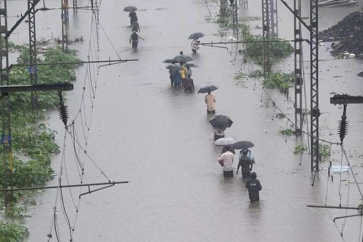 मुंबई में जनजीवन बुरी तरह प्रभावित, मृतकों की संख्या 35 पर पहुंची