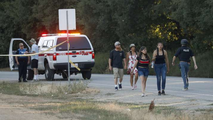 गोलीबारी की घटना के बाद बदहवास लोग | AP