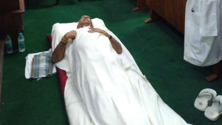 बीजेपी के 'धरने' के दौरान कर्नाटक विधानसभा के अंदर नींद लेते पूर्व मुख्यमंत्री बीएस येदियुरप्पा।