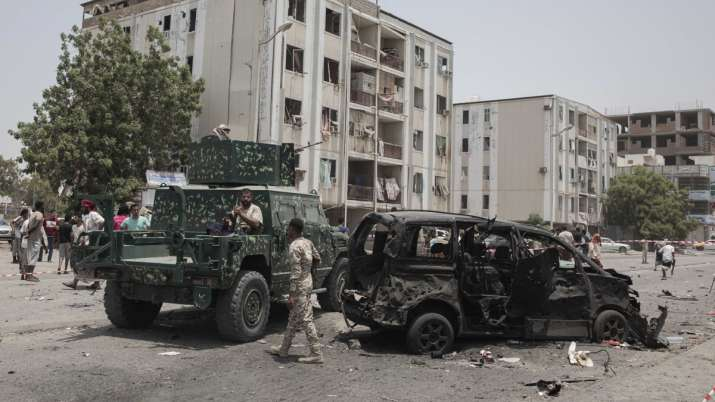 Yemen war: Houthi missile attack on military parade kills several people