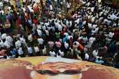 People reached a large number in Rajaji Hall to give...- India TV