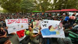 जेएनयू में जारी है फीस पर फसाद, पुलिस ने की एफआईआर, वीसी पहुंचे हाईकोर्ट- India TV