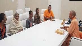 कमलेश तिवारी के परिजनों से मुलाकात करते हुए सीएम योगी- India TV
