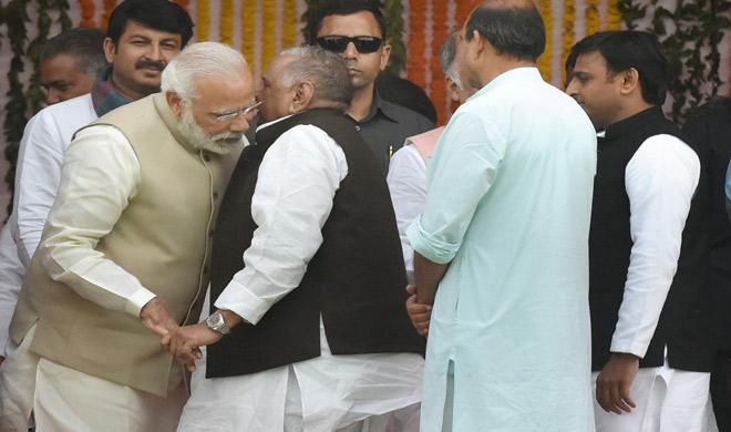 मुलायम ने मोदी के कान में कुछ कहा, जिसे सुनकर वह खिलखिलाकर हंस पड़े। - India Tv