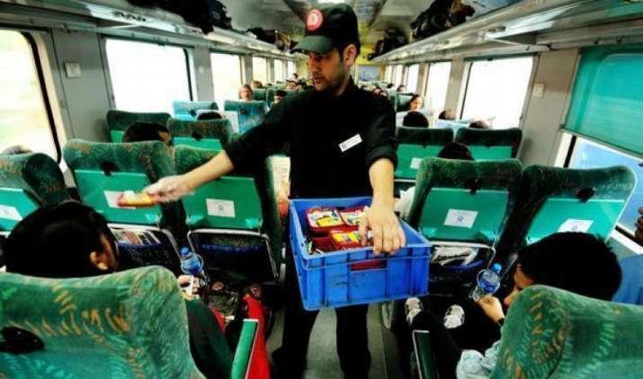 ट्रेन में IRCTC के खाने से बीमार हुए यात्री, 24 यात्रियों को अस्पताल में कराना पड़ा भर्ती- India TV Paisa