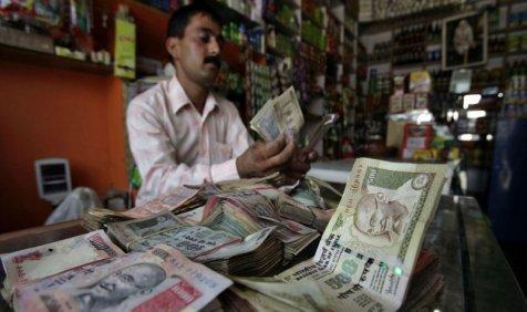 डॉलर के मुकाबले रुपए में गिरावट जारी, शुरुआती कारोबार में 8 पैसे टूटकर 2 साल के निचले स्तर पर आया- India TV Paisa