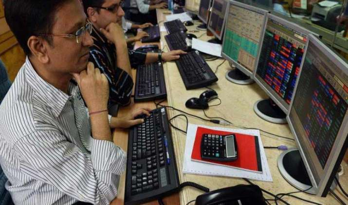 In Pics: मौद्रिक नीति से पहले सेंसेक्स में मामूली बढ़त, तस्वीरों में देखिए शेयर बाजार का पूरा हाल- India TV Paisa