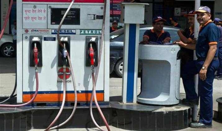 सालभर में पांचवी बार सरकार ने बढ़ाई पेट्रोल-डीजल पर एक्साइज ड्यूटी, आम आदमी को नहीं मिलेगा गिरते क्रूड का पूरा फायदा- India TV Paisa