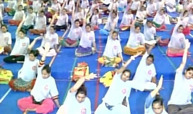 more than 1600 pregnant wpmen practice yoga on...- India TV