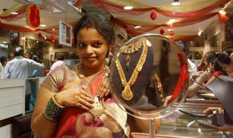 ज्वैलर्स की खरीदारी से Gold में तीसरे दिन भी तेजी जारी, चांदी हुई 300 रुपए महंगी- India TV Paisa