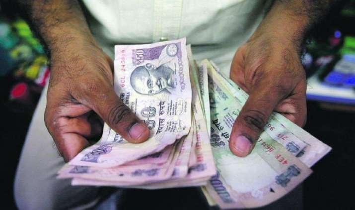 डॉलर के मुकाबले रुपया चार पैसे चढ़कर 66.61 रुपए प्रति डॉलर पर हुआ बंद, निर्यातकों की बिकवाली से मिला सहारा- India TV Paisa