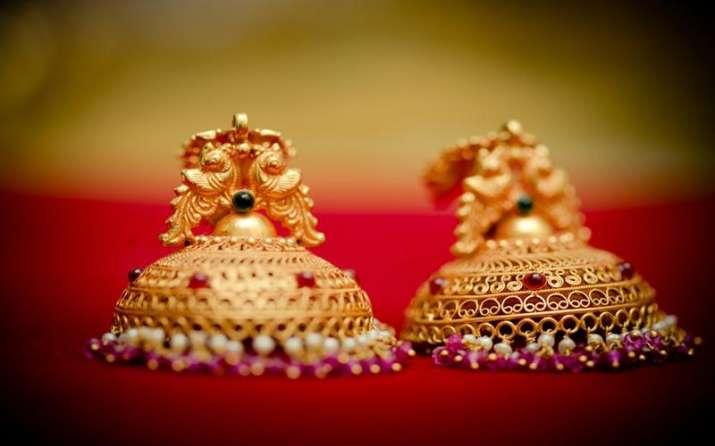 कमजोर घरेलू मांग और ग्लोबल संकेतों से Gold में गिरावट जारी, 260 रुपए घटे दाम- India TV Paisa