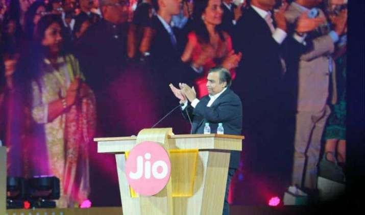 Reliance Jio अब देगा Facebook और Twitter को टक्कर, IPL ब्रॉडकास्टिंग राइट्स की रेस में सबसे आगे- India TV Paisa