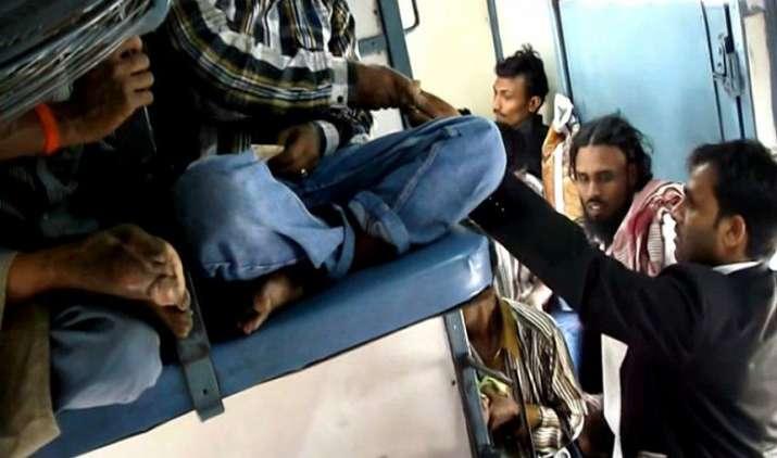 रेलवे ने अपने नियमों में किए ये बड़े बदलाव, अब TTE बर्थ के बदले यात्रियों से नहीं ले पाएंगे पैसे- IndiaTV Paisa