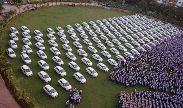 हीरा व्यापारी ने अपने कर्मचारियों को किया मालामाल, दिवाली उपहार में दिए 400 फ्लैट और 1260 कार- India TV Paisa