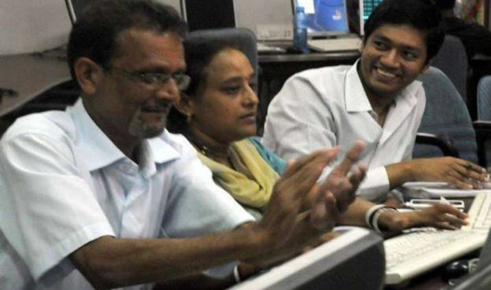 शेयर बाजार ने लगाई तेजी हैट्रिक, सेंसेक्स 107 अंक और निफ्टी 26 अंक बढ़कर बंद- India TV Paisa