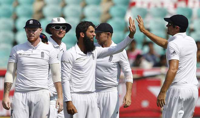 Moeen Ali clebrates with team mates on day 2 - Khabar IndiaTV