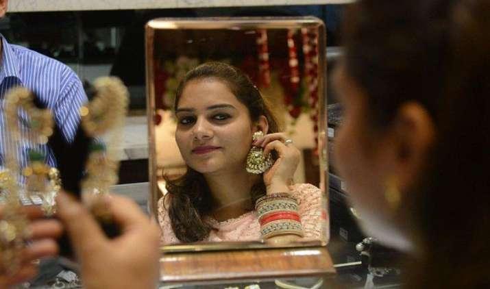 डिमांड गिरने से सर्राफा बाजार में सोना हुआ 55 रुपए सस्ता, चांदी 100 रुपए महंगी- India TV Paisa