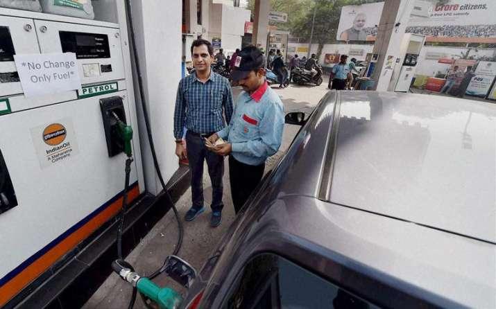 सावधान! पेट्रोल भरवाते समय कभी नहीं करनी चाहिए ये गलतियां, हो सकता हैं बड़ा नुकसान- India TV Paisa