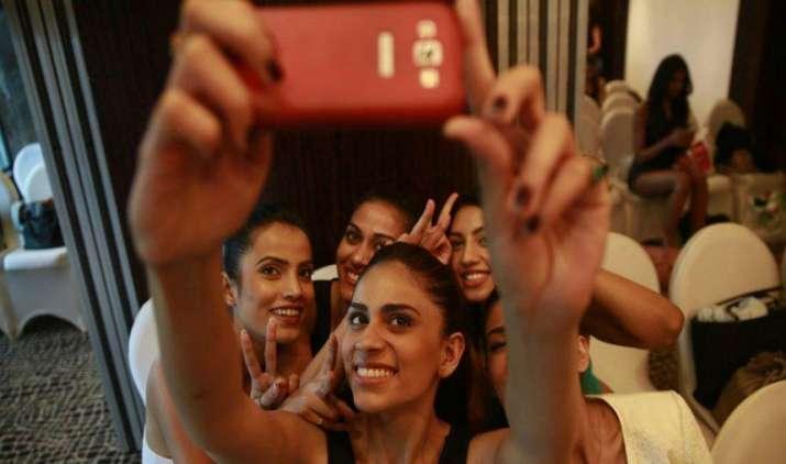 बेसिक मोबाइल फोन बनाने वाली कंपनियां समेटेंगी बोरिया-विस्तर, अगले साल बढ़ेंगे 3 करोड़ यूजर्स- India TV Paisa