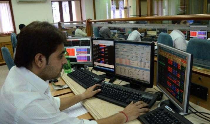 शेयर बाजार लगातार दूसरे दिन लुढ़के, सेंसेक्स 98 अंक गिरकर बंद, निफ्टी के 50 में से 32 शेयर टूटे- India TV Paisa