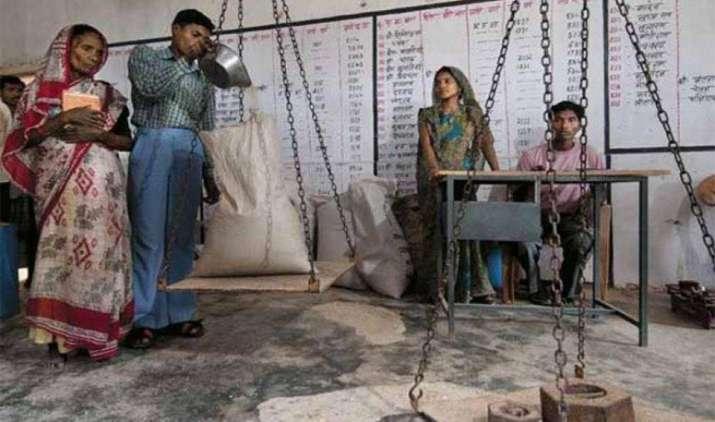 सब्सिडी वाले खाद्यान्न के लिए आधार कार्ड को आवश्यक बनाने की तैयारी मेंहै केंद्र सरकार- India TV Paisa