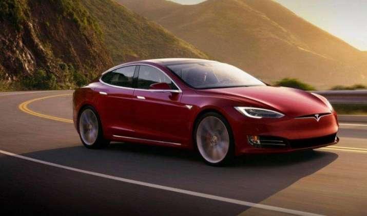 Tesla ने पेश की नई दमदार इलेक्ट्रिक कार 100D, एक बार चार्ज करने पर चलेगी 540 किमी.- India TV Paisa